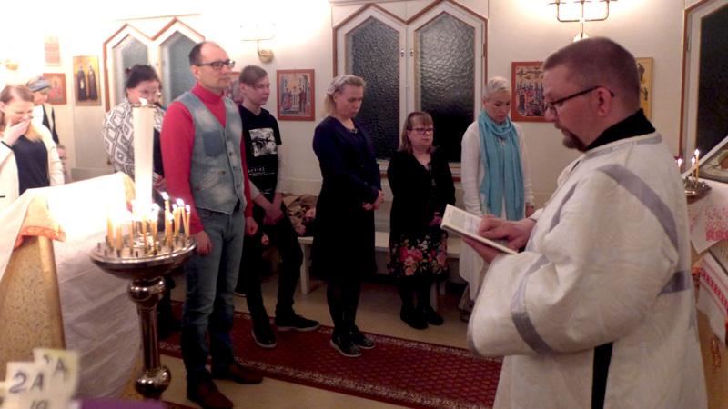 Karvoskylän Pyhän Kristuksen kirkastumisen kirkossa ei pääsiäisyön palveluksessa ole tänä vuonna läsnä kansaa. Kuvassa lukijana Jarmo Pylkkönen Nivalasta.