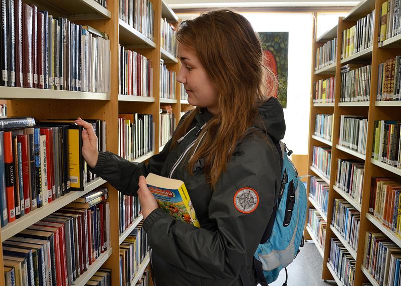 Kirjastojen käyttöluvut kertovat, että kirjastot ovat merkittävä osa monien kansalaisten arkea. Tämä on huomattu erityisesti nyt poikkeustilan aikana, kun kirjastot on jouduttu sulkemaan koronavirustartuntojen leviämisen hidastamiseksi. Kirjastot ovat innovatiivisesti siirtäneet toimintaansa verkkoon: satutunteja, lukupiirejä, vinkkausta ja opastusta on tarjolla monella kanavalla.