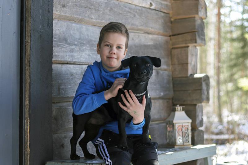 Eeli Korkiakoski lenkkeilee perheen Äijä-koiran kanssa.