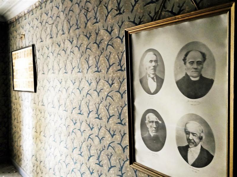 Kaunista tapettia aikojen takaa yhdessä vinttihuoneista. Kirjailijoiden yhteispotretti on ollut samalla paikalla ainakin vuodesta 1958.