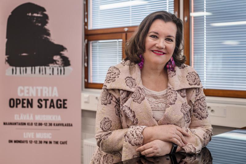 Annika Mylläri pitää etuna niin laulajana kuin musiikinopettajanakin, että hänellä on tutkinto myös huilunsoitosta.