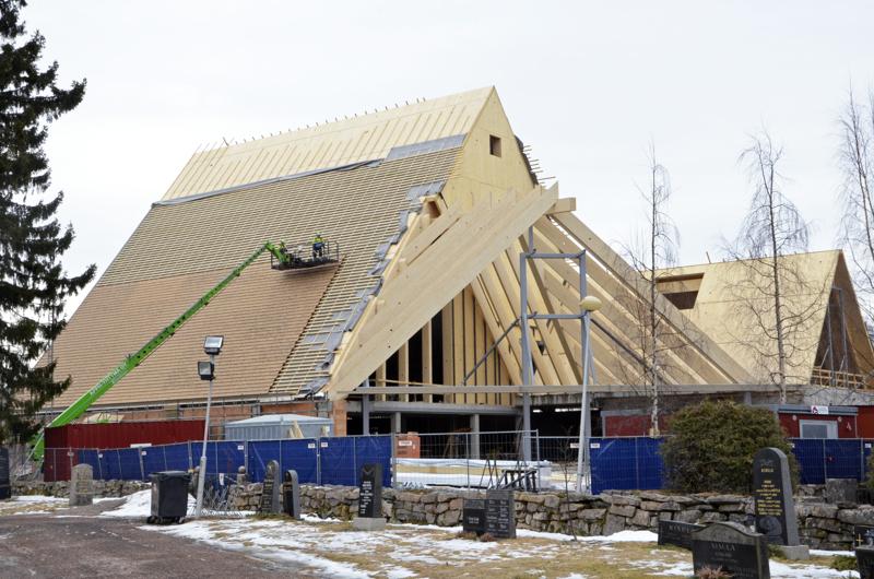 Pääsiäisviikolla kirkko sai tiilikatetta ylleen, ja kauempaa katsoen muistuttaa pärekattoa! Arkkitehtitoimisto K2S Oy:n suunnittelema kirkkorakennus herättää jo ihastusta Ylivieskassa.