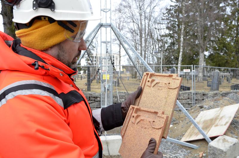 -Kattotiilet on ladottu siten, että ne estävät sadevesien pääsyä aluskatteen päälle, Mikko Kaarto Kotikirkon Rakentajista esittelee nerokasta kattorakennetta.