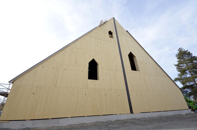 """Vanhan kirkon palosta pelastetut kaksi kirkonkelloa sijoitetaan muistokelloina näihin suurimpiin """"ikkuna-aukkoihin""""."""