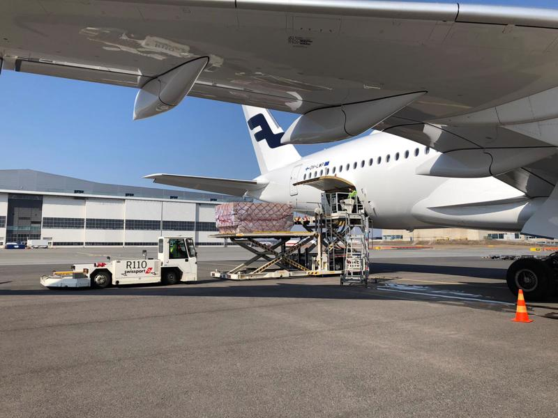Huoltovarmuuskeskuksen toimitusjohtaja julkaisi tiistaina twitterissä kuvan Finnairin koneesta, joka toi Suomeen kaksi miljoonaa kirurgista maskia ja 230 000 hengityssuojainta. Myöhemmin VTT:n testeissä paljastui, että suojia ei voi käyttää lainkaan sairaaloissa.