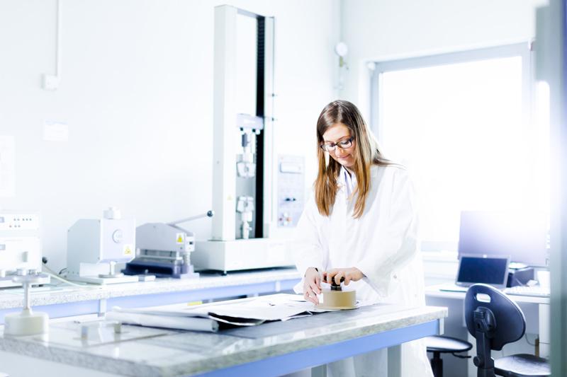 Pietarsaaren ja Valkeakosken tehtaiden yhteyteen on avattu pilottilinjasto ja laboratorio uuden suojamateriaalin kehittämiseen.