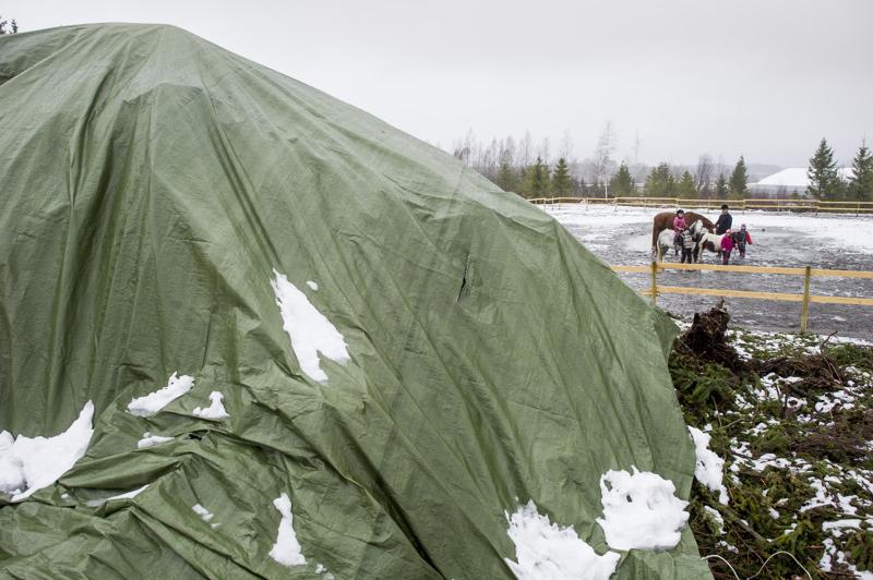 Viisi vuotta sitten Alavetelissä oli vielä jonkun verran lunta ja pääsiäiskokko odotti polttamistaan pressun alla.