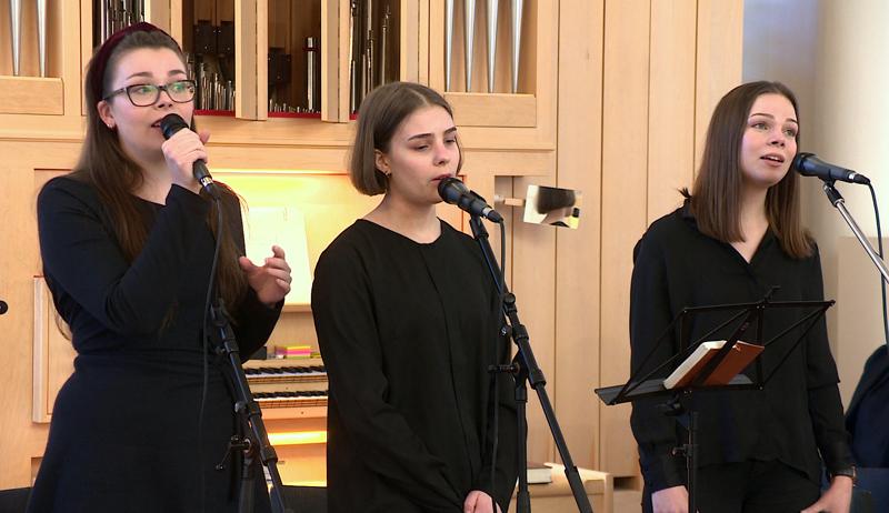 HImangan sisarukset laulavat nettihartauksissa Ylivieskassa.