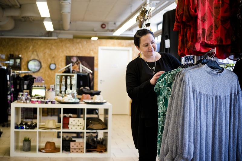 Idiksen yrittäjänä vuoden alussa aloittanut Pauliina Pihlajaniemi ottaa piakkoin naisten vaatteiden rinnalle myyntiin myös miesten vaatteita.
