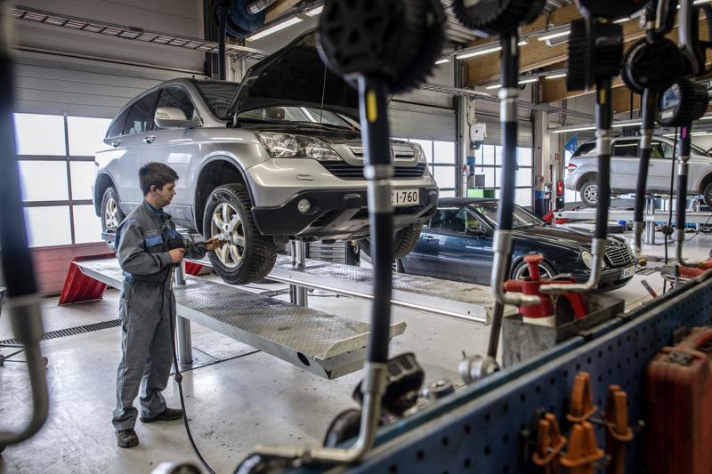Kokkolan Autohuollon Jesse Haapala kertoo, että korjaamolla korjataan yleensä noin 65 autoa päivässä.