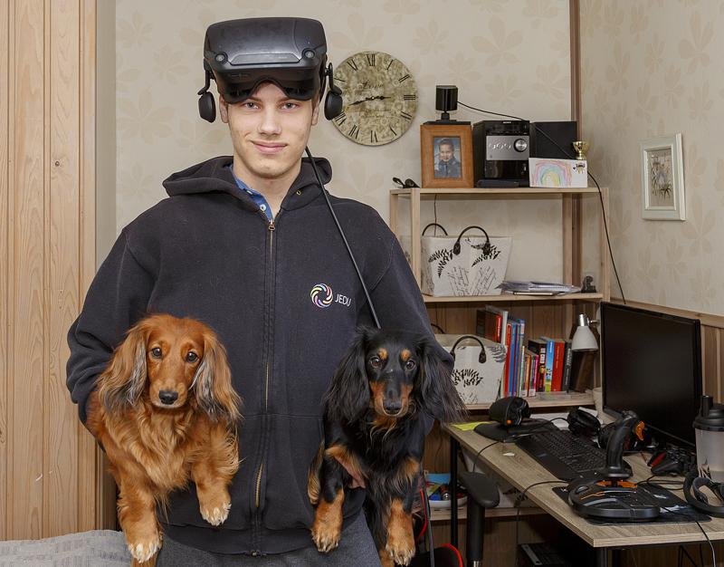 Patrik Lähdemaa kanniskelee mäyräkoiria, Ainoa ja Elsaa kuin makkaroita, mutta niistä ei taida olla VR-headsetin ohjaimiksi.