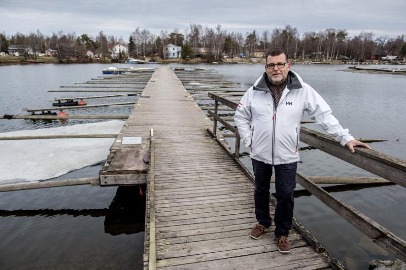 Kokkolan venekerho ry:n varakommodori Martin Brandt Kokkolan Ykspihlajan Potissa. Maanantaina vesille oli laskettu alle kourallinen veneitä.
