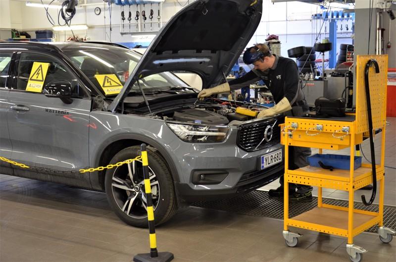 Sähköauton huoltoon liittyy erityisiä turvamääräyksiä. Omamekaanikko Lasse Kaivosoja on eristänyt auton ympäristön.
