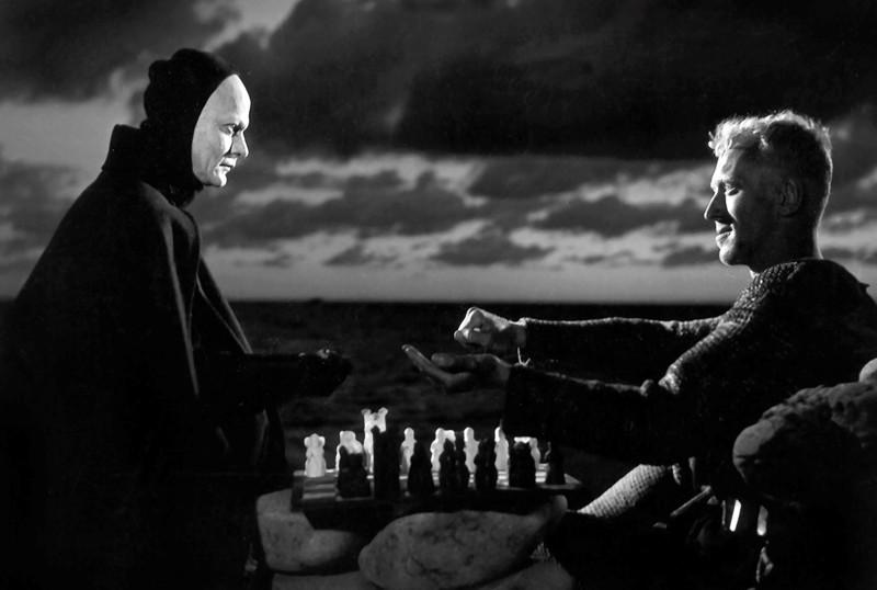 Ristiretkeltä palannut ritari pelaa shakkia Kuoleman kanssa.