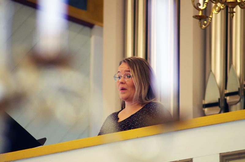 Jenni Hietala lauloi jumalanpalveluksessa urkuparvelta.