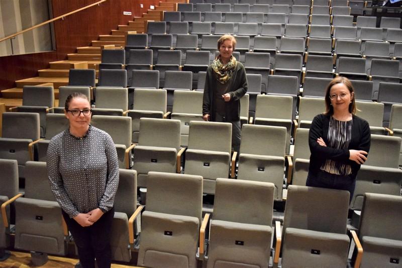 Tyhjä Schauman-sali todistaa Kajsa Dahlbäckin (oik.), Lise Strandin ja Anna Madsenin ideoimia ja tuottamia nettikonsertteja joka perjantai-ilta toukokuun loppuun asti.