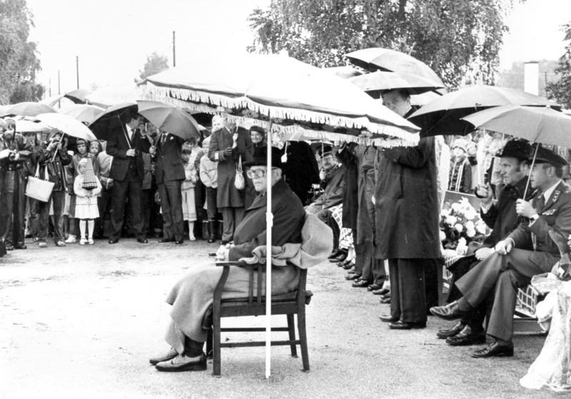 Presidentti Urho Kekkonen Kauno Kleemolan patsaan paljastamistilaisuudessa. Tämä oli viimeisimpiä julkisia tilaisuuksia, jossa Kekkonen esiintyi. Syyskuussa hän jäi sairauslomalle ja pyysi eroa lokakuussa 1981.