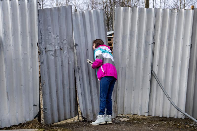 Eläinaktivisti Nina Hagnäs kurkisti torstaina portin raosta Kokkolan Vitsarissa. Kiinalaisomisteisella turkistarhalla oli aavemaisen hiljaista.