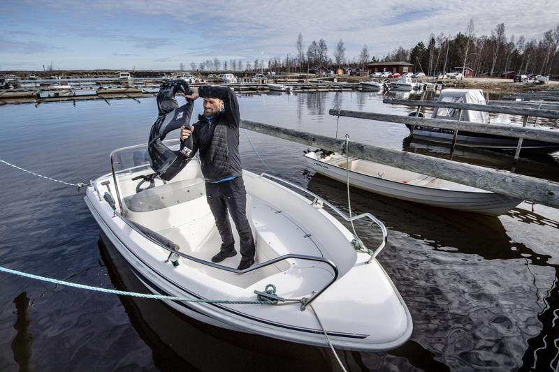 Uusikaarlepyyläinen veneilijä Jori Isomäki on sisästänyt pelastusliivien tarpeellisuuden jo veneilyuransa alkutaipaleesta lähtien. Pelastusliivi on aina päällä, kun hän liikkuu vesillä.