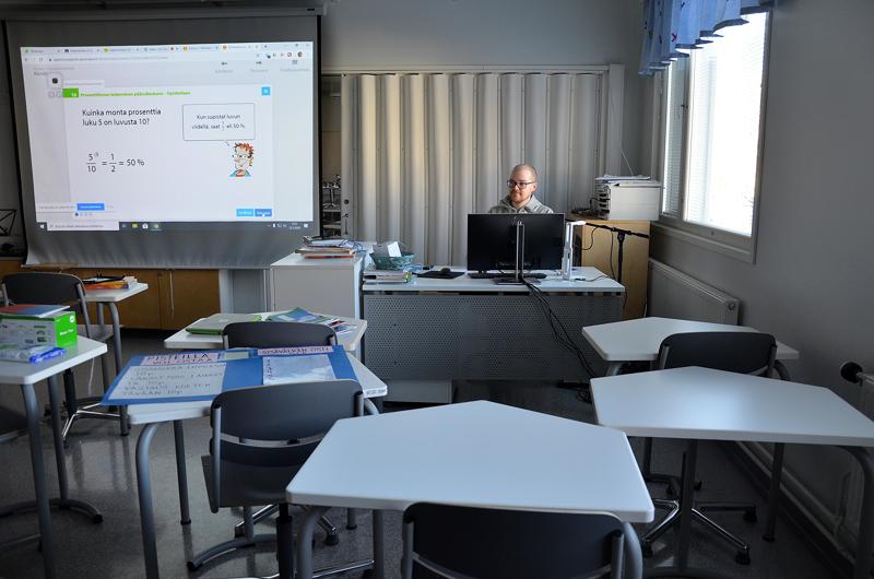 Ylivieskan Rahkolan koulun kuudennen luokan opettaja Tatu Mustonen valmistautumassa ensimmäiseen opetustilanteeseen livenä maaliskuussa.