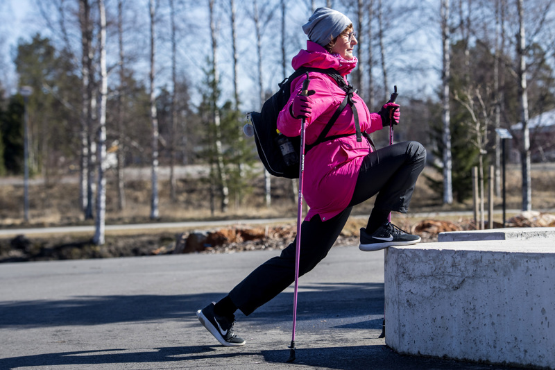 Liikunnanohjaaja Anne Raatikainen tahtoo muistuttaa liikkumisen tärkeydestä. Jumppa onnistuu vaikka ulkona.