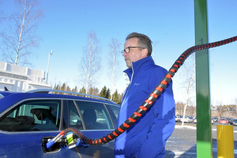 Kuukausi sitten tankkausasema oli jo valmis, mutta lopullisia lupia odotettiin. Tuolloin kaasuauton omistaja Jan-Erik Enell esitteli, miten tankkaus onnistuu.