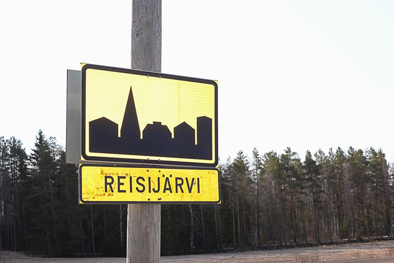 Maanantaiaamuna 27.4. kyltissä luki enää Reisijärvi, mutta nyt sekin on poistettu katukuvasta.