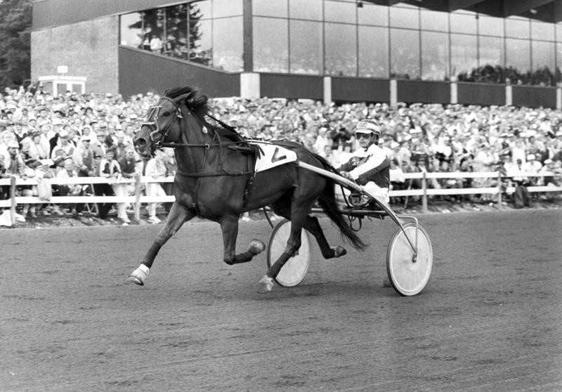 Pertti Rantalan valmentaman ja Aki Antti-Roikon ohjastaman Totinan vauhdikasta menoa Jyväskylän Kuninkuusraveissa 1991.