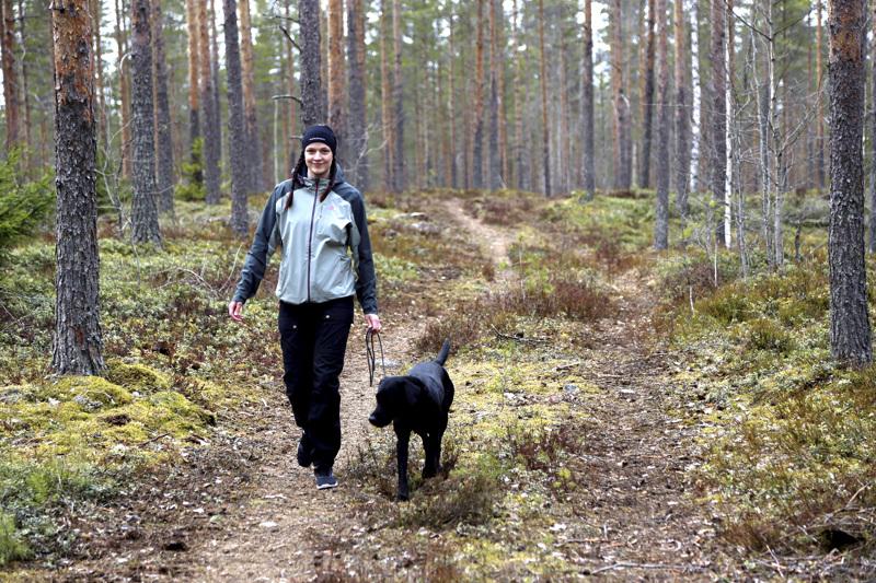 Metsälenkeille lähtiessä Mirjami Myllymäki etsii myös uusia polkuja. Hän pitää huolen, että tietää missä kulkee, mutta apuna on myös puhelimen maastokartta-sovellus.