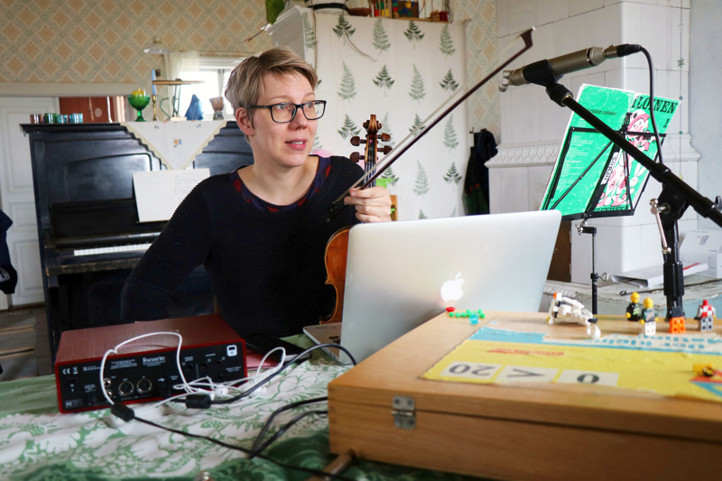 Näppäri-ope ja Perhonjokilaakson kansalaisopiston viulusoiton opettaja Siiri Virkkala on opettanut oppilaitaan kotoaan käsin etäyhteyksien avulla.