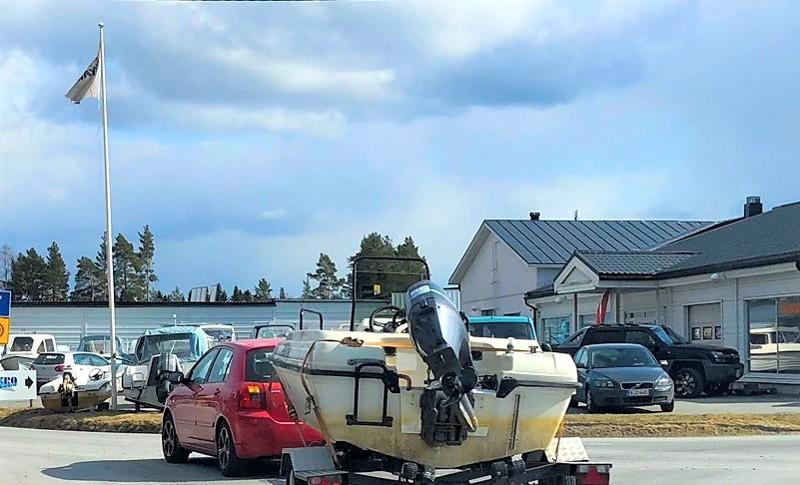 Venetrailerin luokittelumassa tarkoittaa veneen ja trailerin yhteispainoa.