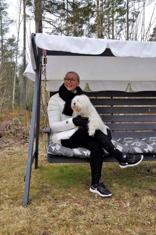 Onnea! Mira Keski-Korpi harrastaa koiria: Coton de Tulear Nuppu saa syksyllä pentuja, jos suunnitelmat käyvät toteen.