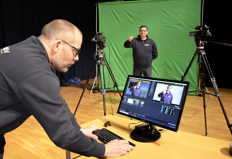 Veli Lesell ja Tero Mononen pääsivät vapunaattona testailemaan, miltä Etävappu-studio voisi näyttää virtuaalisessa ympäristössä.