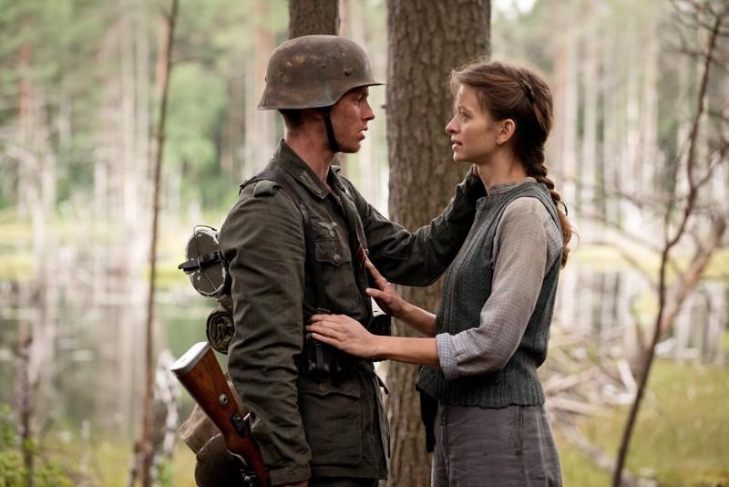 Rakkautta puolalaismetsässä. Sotilaan (Jannis Niewöhner) ja partisaanin (Malgorzata Mikolajczak) romanssi sodan jaloissa.