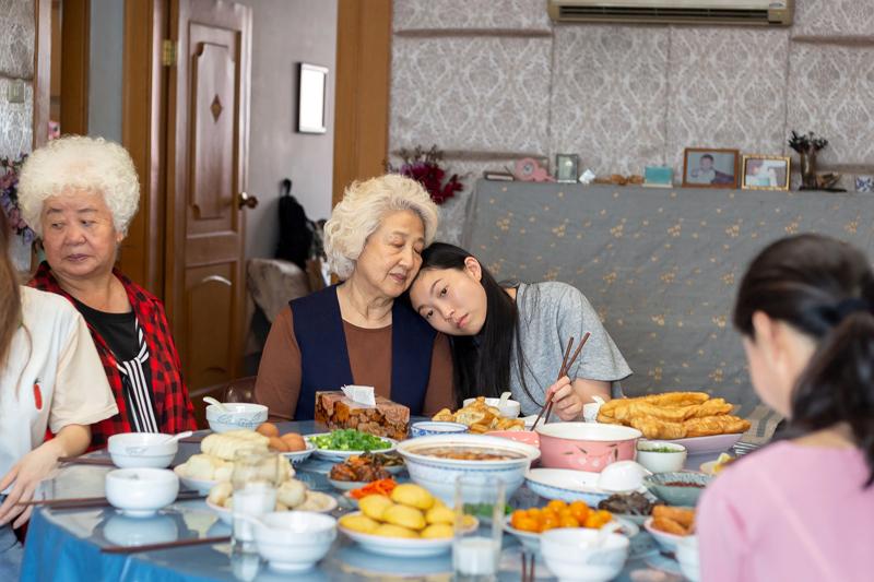 Awkwafina esittää lastenlasta ja Shuzhen Zhao sairasta isoäitiä ohjaaja Lulu Wangin omaelämäkerrallisessa Jäähyväisissä.