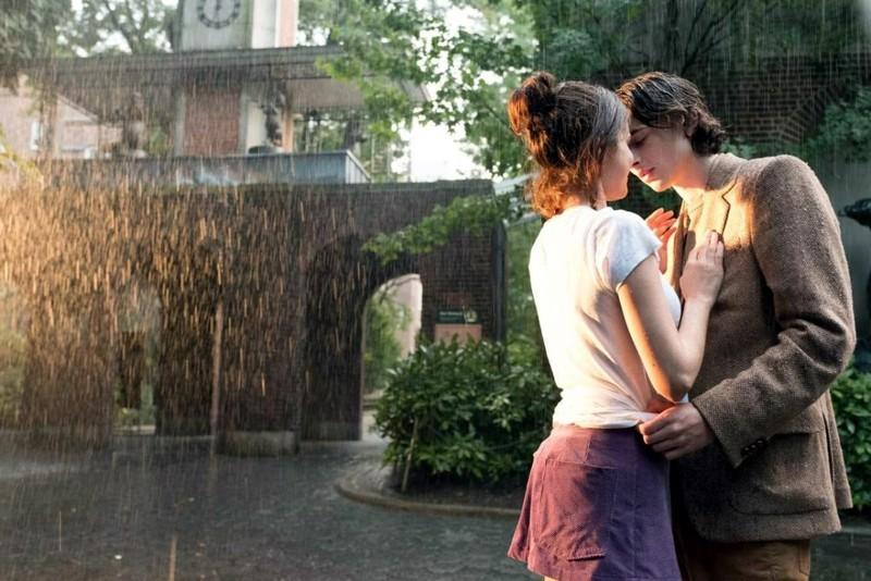 Kellon alla kohdataan. Woody Allenin A Rainy Day in New Yorkin nuorina sateessa Selena Gomez ja Timothée Chalamet.