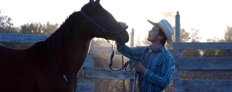 Tosielämän rodeoratsastaja Brady Jandreau kouluttaa hevosta Chloé Zhaon elokuvassa The Rider.