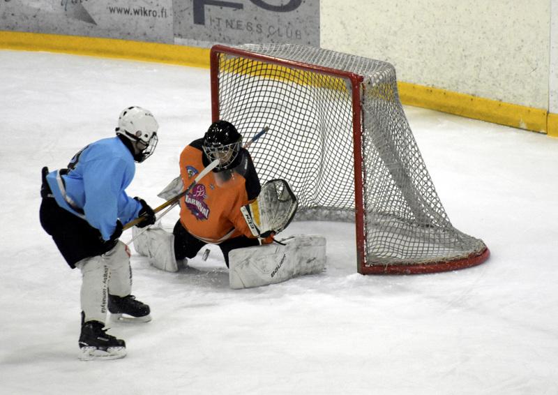 NHL-teemaista junnumenoa Pietarsaaren jäähallissa. Jeppis Hockey Junioreiden Kiekkokarnevaalissa verkko heilui viime vuoden keväällä.