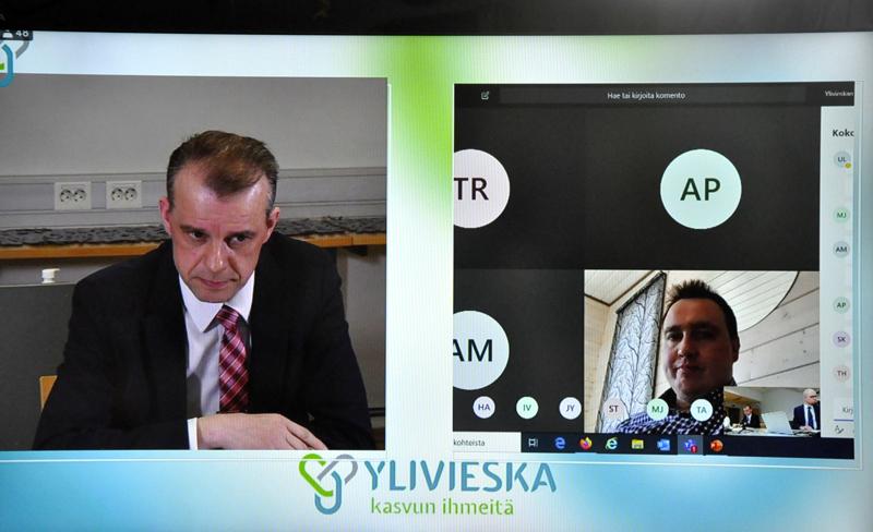 Puheenjohtaja Juha Pylväs (vasemmalla) jakoi puheenvuoroja Akustiikasta etäyhteyksien välityksellä. PaikallisTV näytti kokouksen suorana nettilähetyksenä.