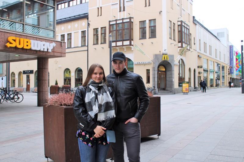 Aviopari Pöldsam Oulun kävelykeskustassa. Pohjois-Suomen pääkaupungissa piisaa opiskeluvaihtoehtoja ja muita haasteita, mutta pöldsamit ylistävät mielellään Pietarsaartakin.