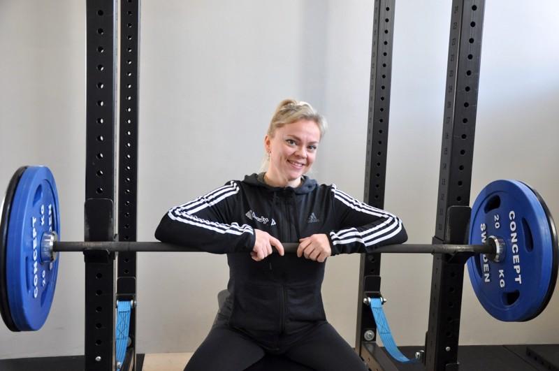 Janika Kivelä treenaa OleFitin salilla, josta löytyvät asianmukaiset laitteet voimaharjoitteluun.