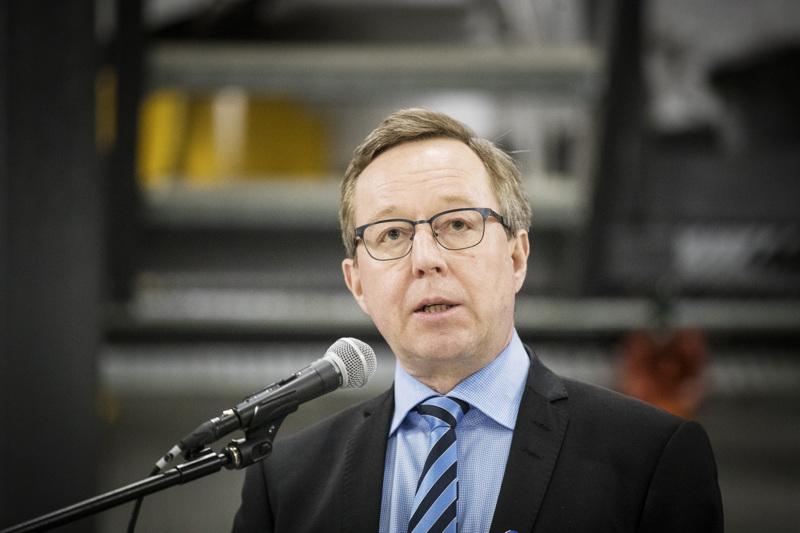 Elinkeinoministeri Mika Lintilä ehdottaa yhtenä ilmasto- ja koronaelvytystoimien yhdistelmänä kivihiilestä luopuisen tuen aikaistamista.
