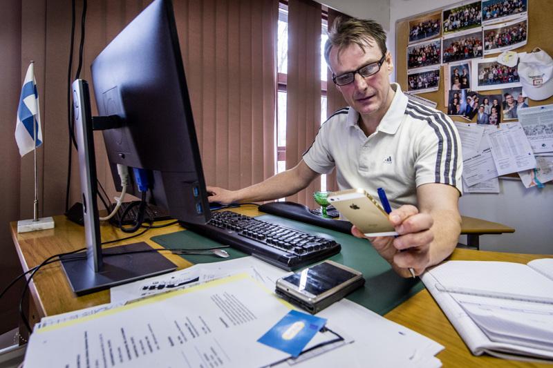 Hakalahden yläkoulun rehtori Harri Kangasniemi valmistelee paluuta lähiopetukseen.