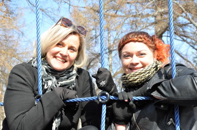 Minna Koivula (vas.) ja Sanna-Kaisa Karvonen osaavat heittäytyä niin työssä kuin siviilissäkin.