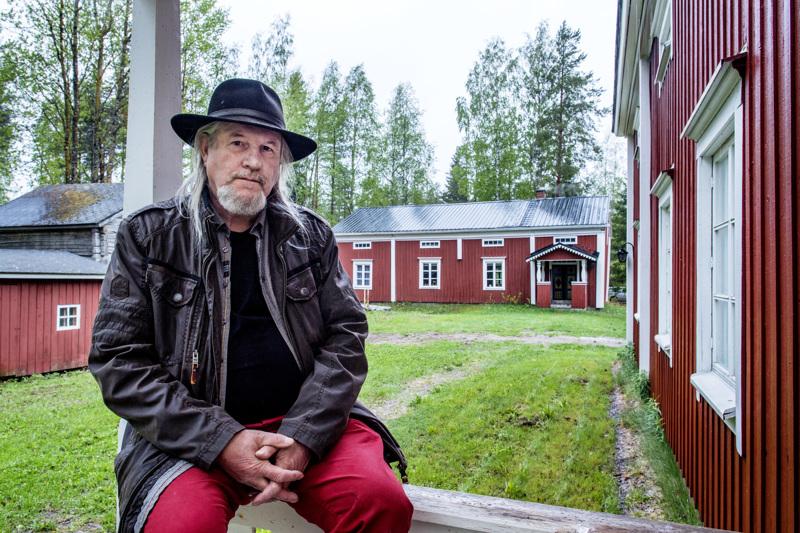 Vionoja-säätiön asiamies Esko Keski-Vähälä kertoo, että Taide Vionojan kesänäyttelyä on aikaistettu edellisvuosiin verrattuna viikolla. Tänä vuonna Ullavassa nähdään Veikko Vionojan maalauksista koottu näyttely, joka aukeaa jo 15.6.