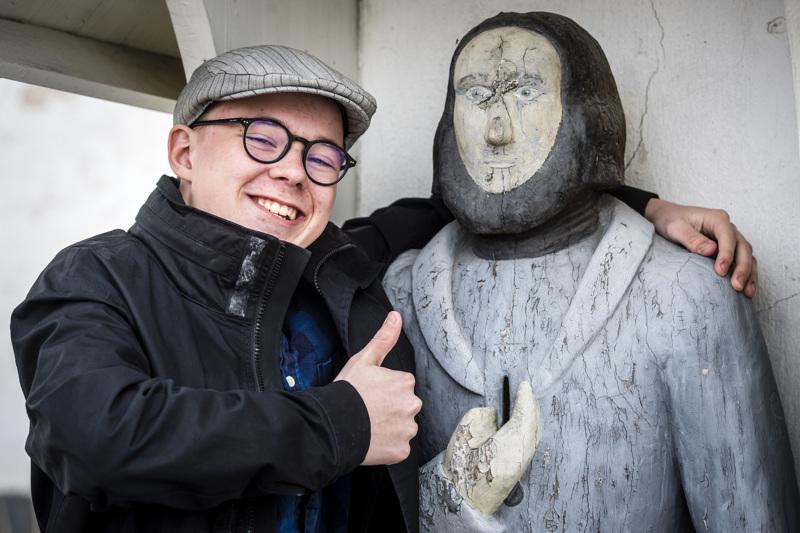 Akseli Kuusinen kavereineen tekee Santun lopputyönä parodian Huutokauppakeisarista.