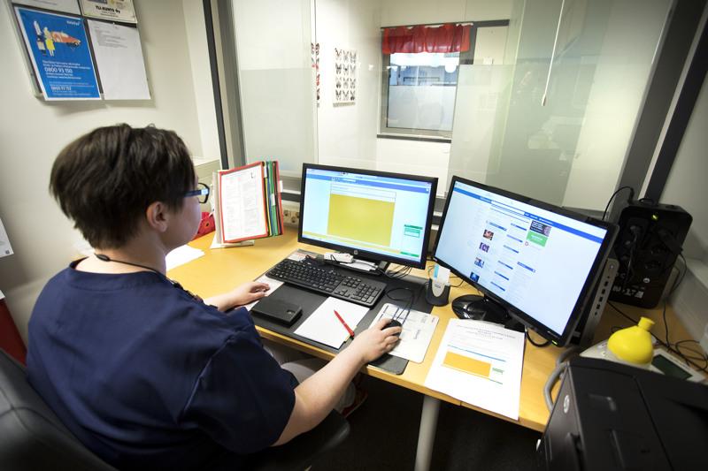 Sairaanhoitaja Anne Niemelä näyttää käyttää chat-lääkäriä apuna työssään.