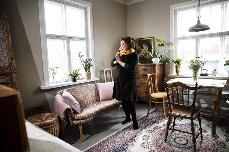 Villa Lullanissa on kolme kerrosta ja keskikerroksen asuintiloissa 85 neliötä. Ikkunoita on talon joka seinustalla. Juuri valon määrä on hurmannut Outi Lehtosen.