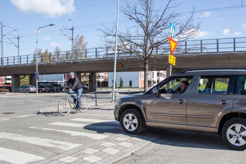 Autoilijan väistämisvelvollisuus korotetulla pyörätien jatkeella voidaan jo nykyisin osoittaa kärkikolmiolla tai STOP-merkillä. Nämäkin merkit säilyvät edelleen kuntien valikoimissa.