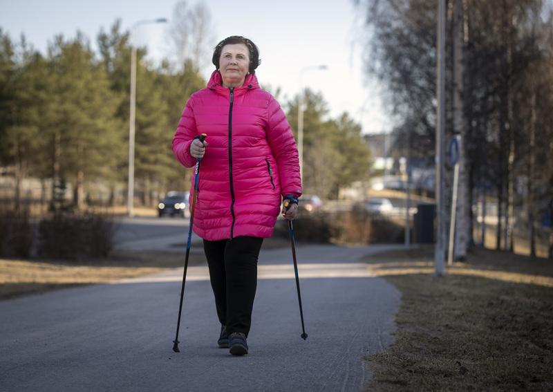 Aila Suojanen huolehtii kunnostaan kävelemällä säännöllisesti. Puistoissa on kuntoilutelineitä, joille voi poiketa lenkin lomassa.